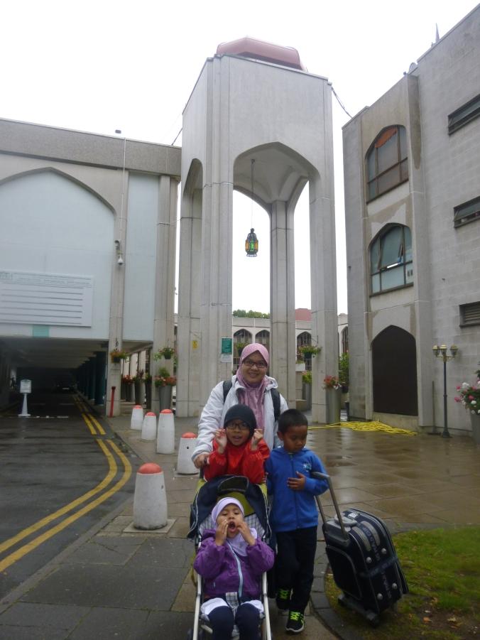 Istri, Azkiya, Muhammad dan Alifah di gerbang masjid