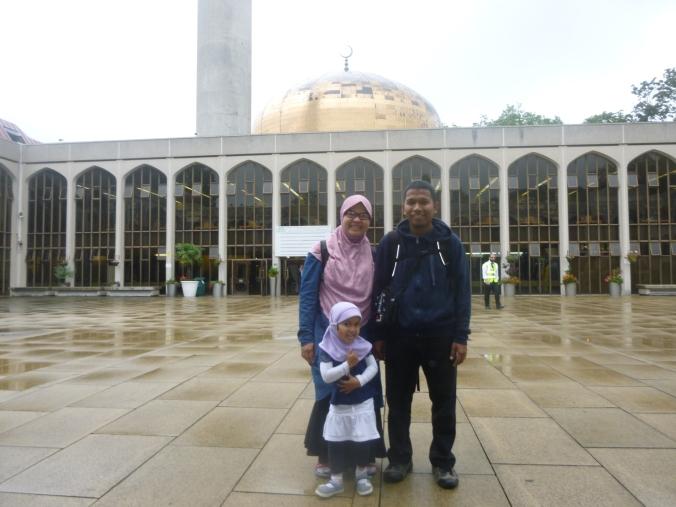 Saya dan isteri di halaman masjid